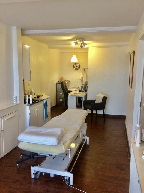 Voici l'intérieur de la salle de consultation d'ostéopathie du cabinet d'ostéopathie de Lyon. Il est situé au 26 cours d'Herbouville à Lyon 69004. Ici consulte en ostéopathie Boris Otten et Laura Pierre. Aurélien Helloco consulte en kinésithérapie.