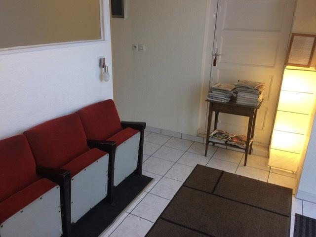 Salle d'attente en fauteuil de cinéma du cabinet d'ostéopathe et de kinésithérapeute du cours d'Herbouville à Lyon 69004