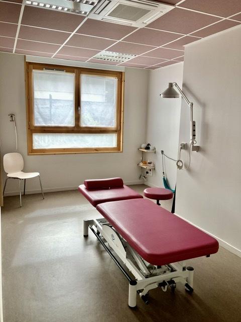 Une des salles de consultation pour l'ostéopathie utilisées par Boris Otten Ostéopathe DO lors des consultations effectuée dans la Maison de Santé de Marennes 69970.
